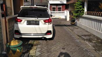 Warga Tangerang Ini Murka karena Tetangga Punya Mobil tapi Tak Punya Garasi